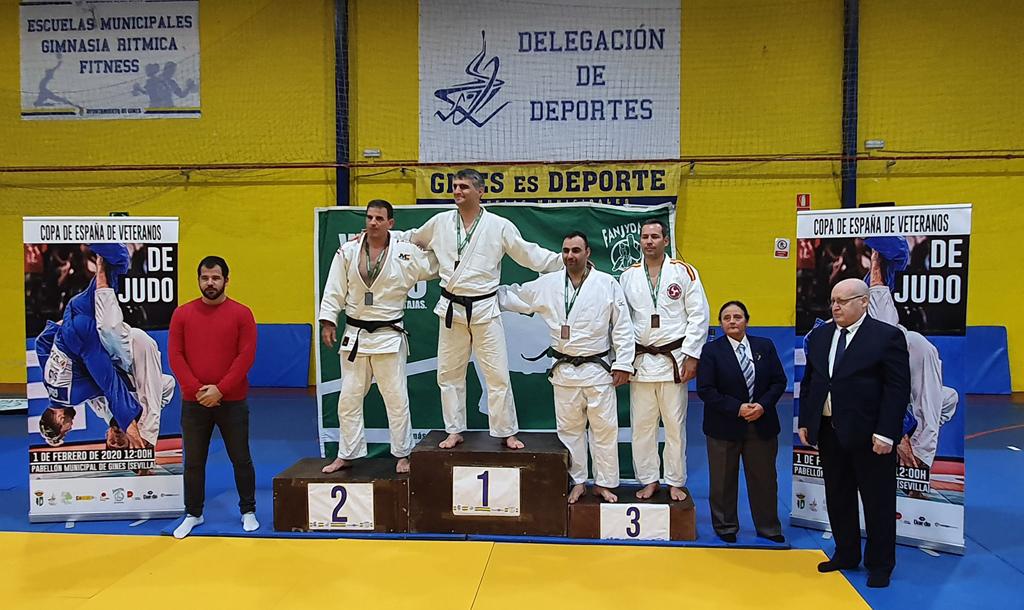 Pódium de la Copa de España de Judo de Veteranos que se ha celebrado en Ginés, y en la que se ha proclamado medalla de bronce el cartayero Francisco Brito.