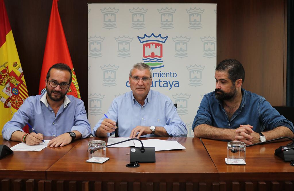 Firma del convenio entre el Ayuntamiento y el Cartaya.
