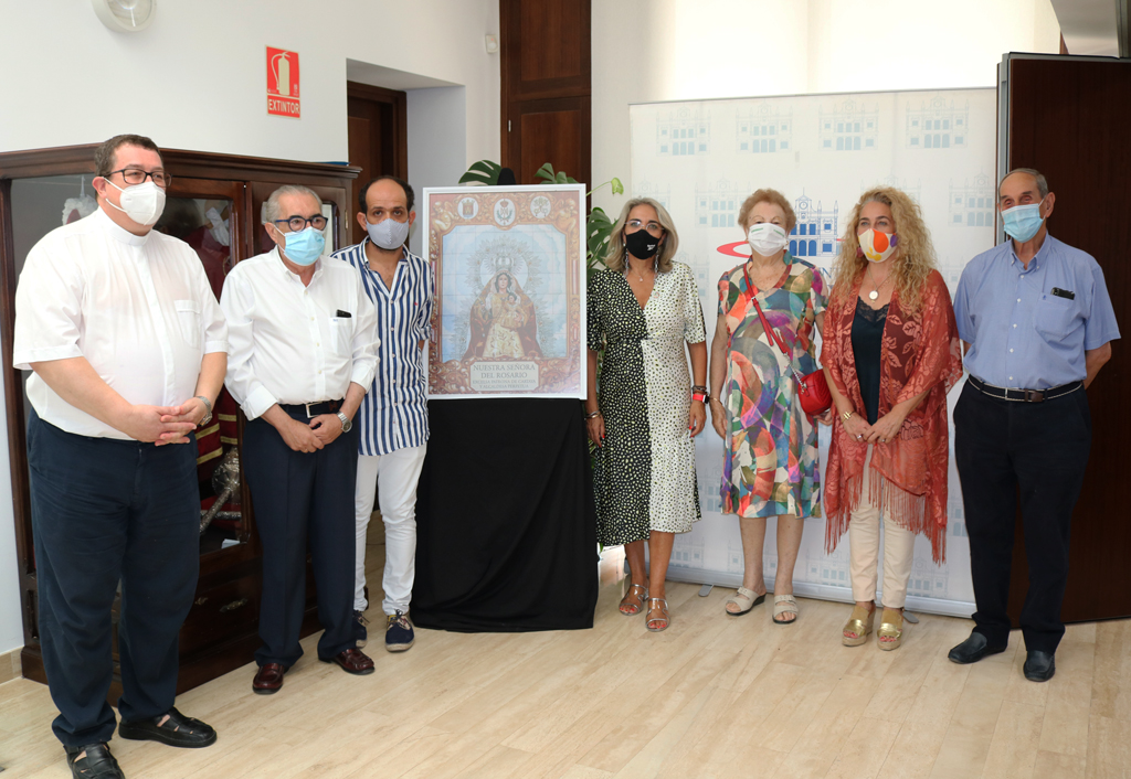 La Hermandad del Rosario presenta en el Ayuntamiento de Cartaya el cartel y los actos religiosos en honor a la Patrona de Cartaya.