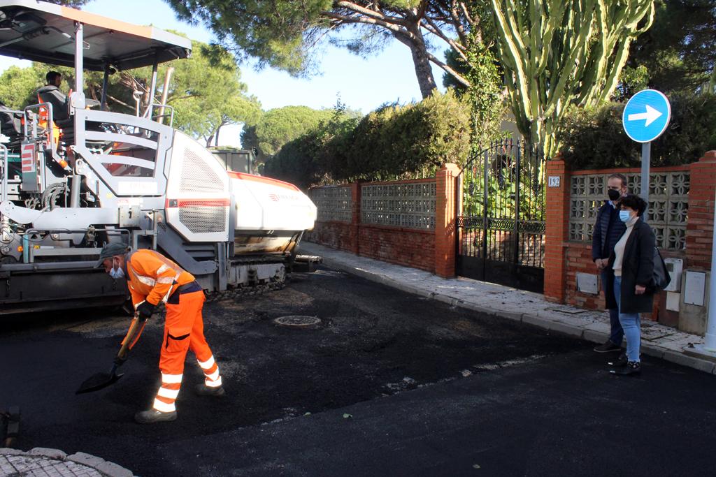 El Ayuntamiento de Cartaya continúa el plan municipal de asfaltado con una actuación integral en la calle Betis y sus ramales.