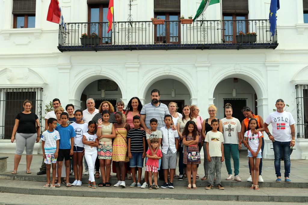 El Ayuntamiento de Cartaya recibe a los 14 niños y niñas saharauis que pasarán en la localidad sus 'Vacaciones en Paz'.