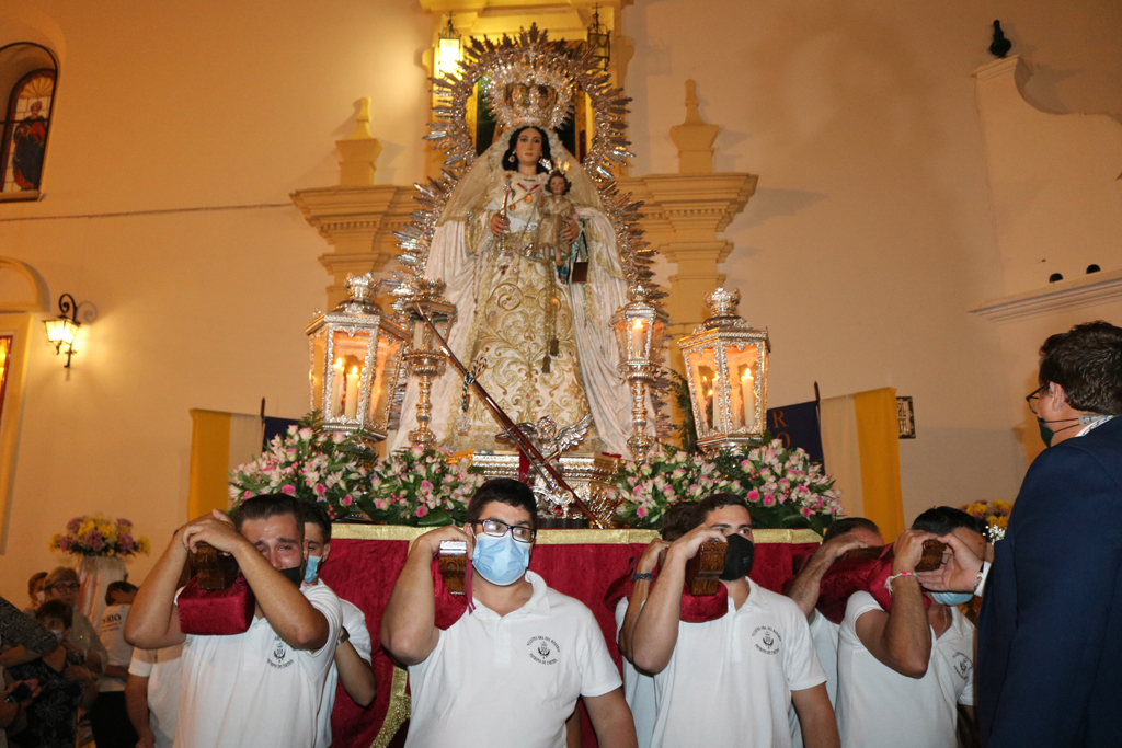 La Patrona de Cartaya procesiona por las calles de la localidad dos años después y recorre uno de los barrios afectados por las inundaciones