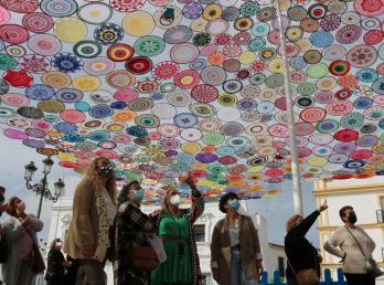 Un millar de aros de croché realizados artesanalmente por más de 300 mujeres llena de colorido el centro de Cartaya